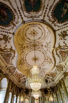 포르투갈 신트라에 위치한 퀘 루즈 국립 궁전의 놀라운 장식 된 객실의 전망.