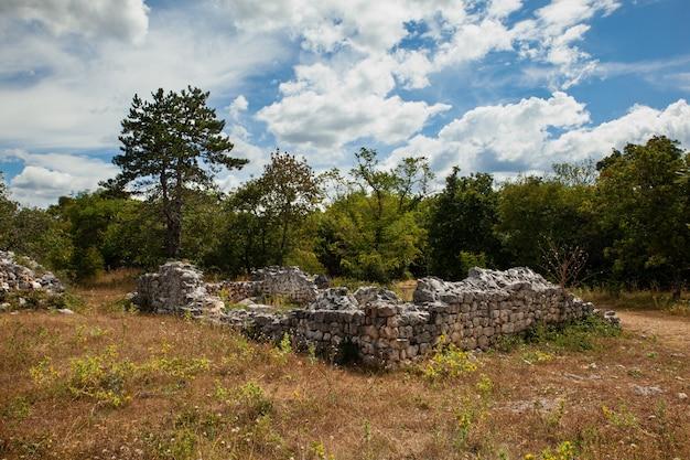 クロアチアのmunicipiumflaviumfulfinumと呼ばれる古代ローマのfulfinumフォーラムのビュー