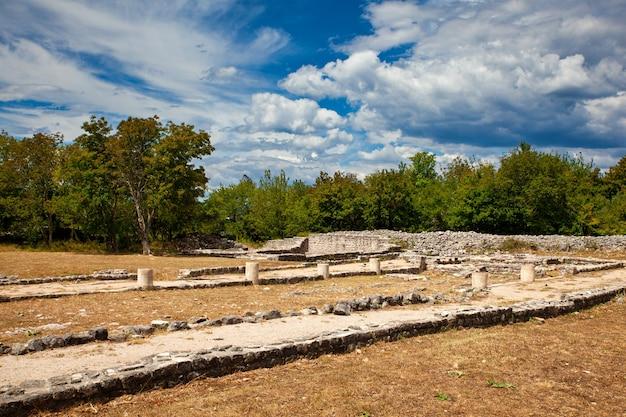 クロアチアのmunicipiumflaviumfulfinumと呼ばれる古代ローマのfulfinumフォーラムのビュー Premium写真