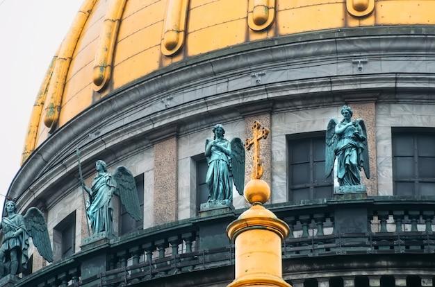 Вид на старинные лепные изваяния и купол исаакиевского собора петербург.