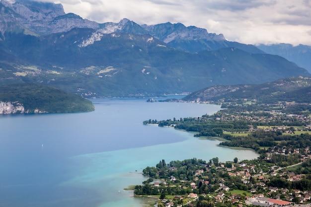 산으로 둘러싸인 안시 호수의 전망