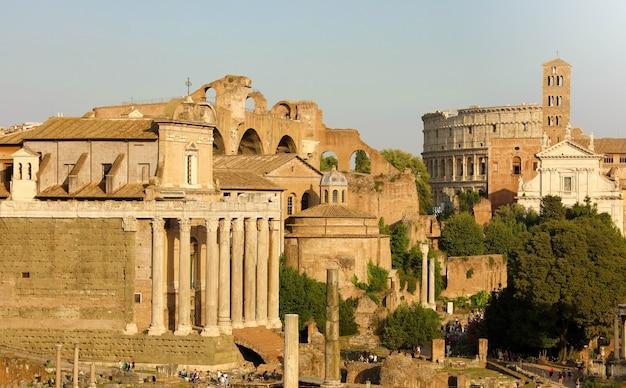 Вид на руины античного римского города в риме, италия
