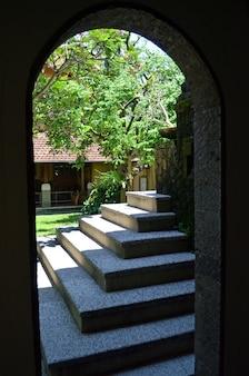 通りへのアーチ道と上向きの階段の眺め