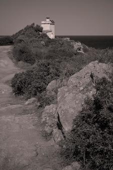 サルデーニャ南部のカポフェラートの灯台につながる通りの眺め