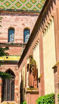 Вид на собор базельского собора в швейцарии