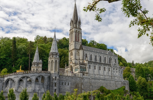 Вид на базилику лурда во франции