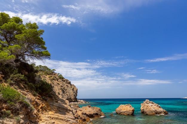 Вид на залив cala xarraca на ибице, испания