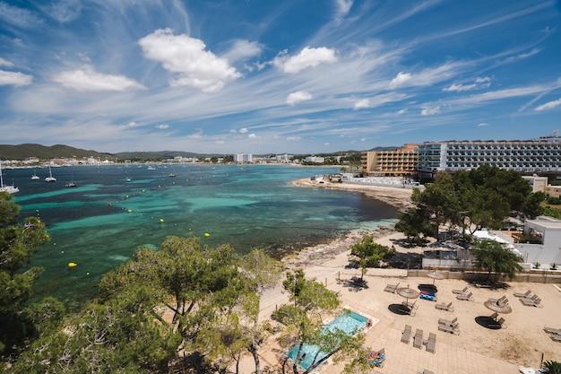 해안 이비자 섬 스페인의 해변과 호텔의 전망