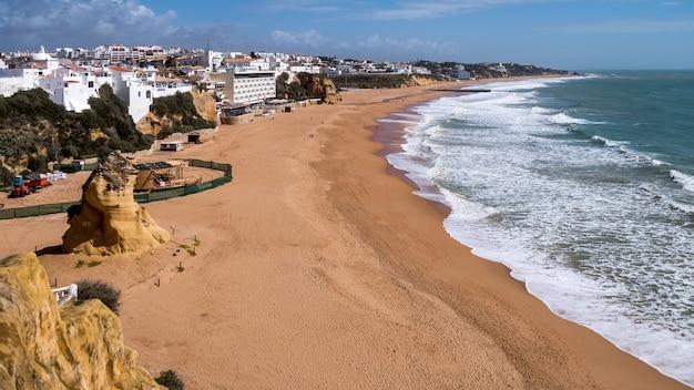 포르투갈의 알부페이라 해변의 전망