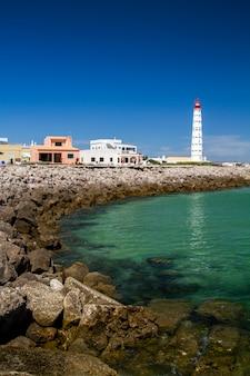 Взгляд красивого острова farol расположенного в алгарве, португалии.