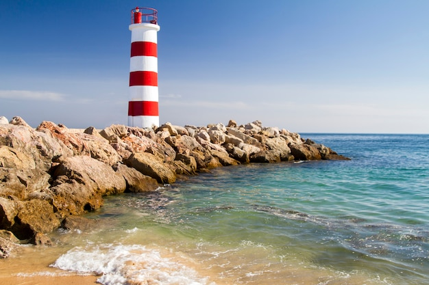 Algarve, 포르투갈에 위치한 아름다운 farol 섬의 전망.