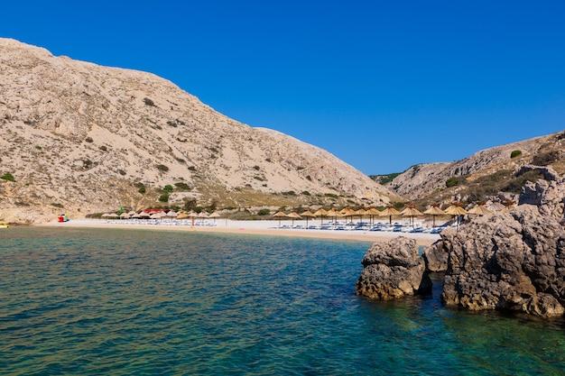 Вид на красивый пляж опрна в адриатическом заливе острова крк, хорватия