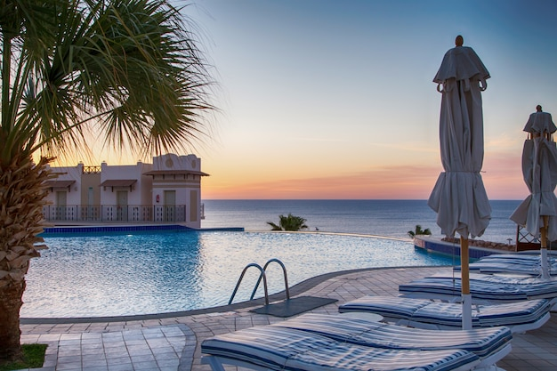 Вид на красивый бассейн с пальмами.