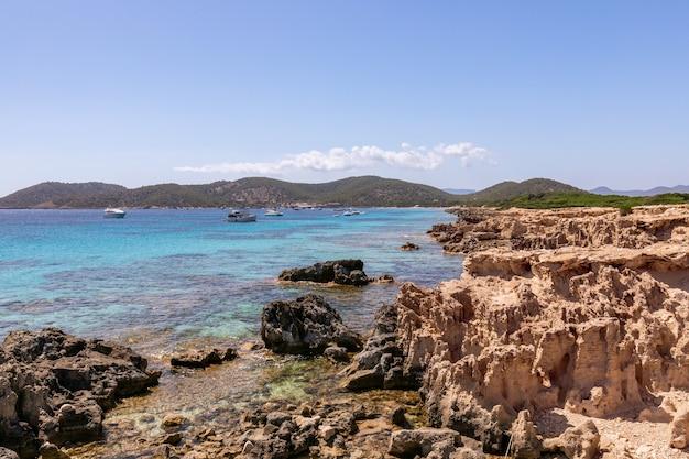 Вид на красивое скалистое побережье ибицы, испания