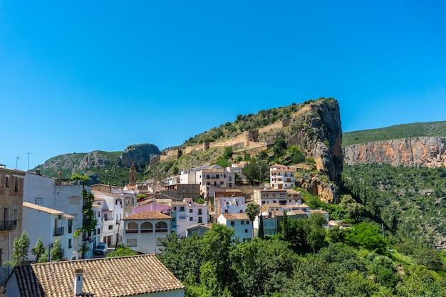 아름다운 chulilla 마을과 발렌시아 지역의 산속에있는 유명한 협곡의 전망