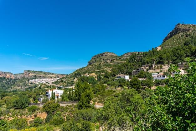 발렌시아 공동체의 산속에있는 아름다운 chulilla 마을의 전망
