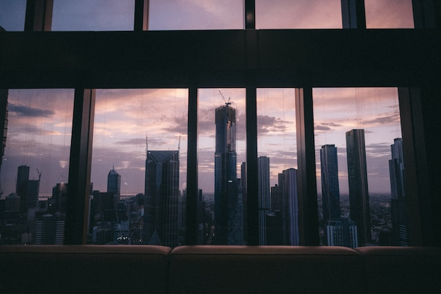 창에서 아름다운 도시 도시의 고층 건물과 고층 빌딩의 전망