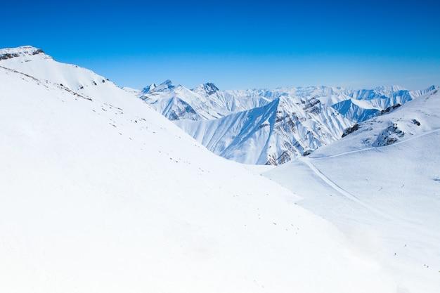 スキーリゾートの美しい冬の山々の眺め。ジョージア州グダウリ