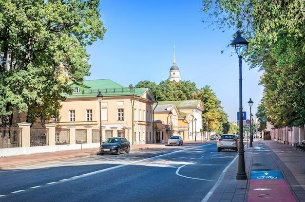 Вид на колокольню церкви великого вознесения с большой никитской улицы в москве