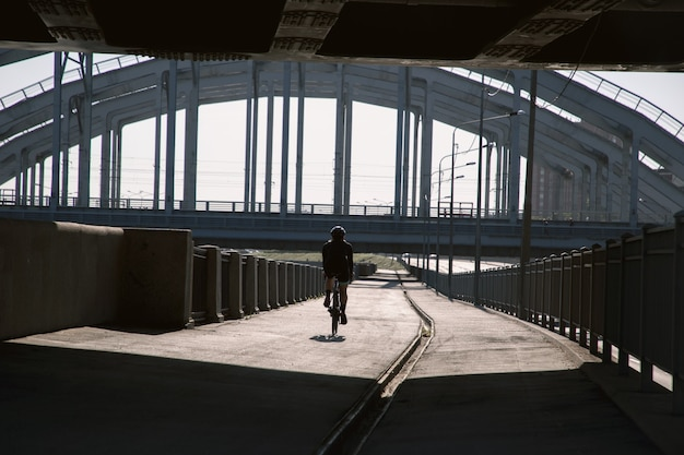 Вид на велосипедную прогулку на солнце
