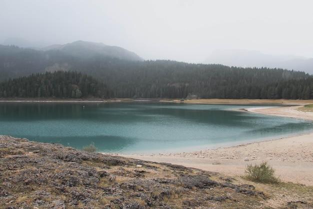 曇りの天気でマウントdurmidorのモンテネグロの黒い湖の眺め。観光と旅行のコンセプト。