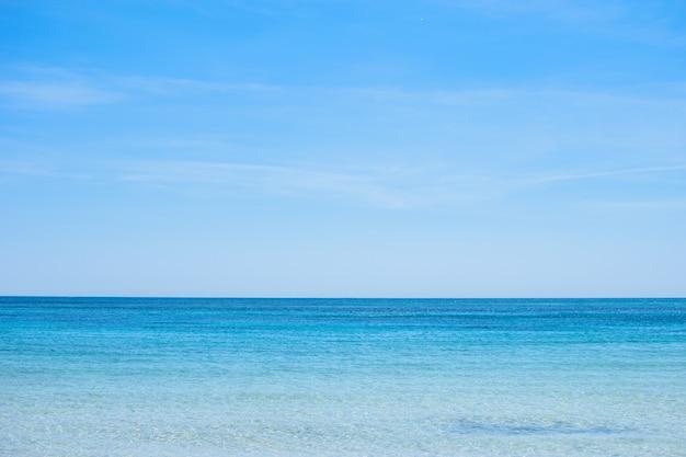 海の青い広がりと雲と青い空の眺め。明確な地平線。デザインやテクスチャの背景に最適です。