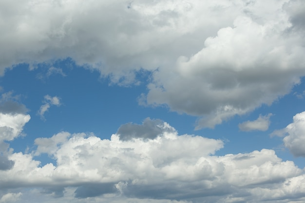 厚い白い雲と青い空の眺め。濃い積雲のカバー。夏の日、自然。ソフトフォーカス。人工ノイズ。バックグラウンド。