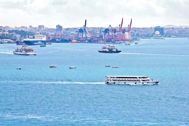 보스포러스 해협과 이스탄불 부두의보기