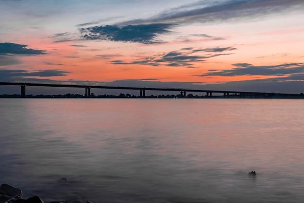 橋と川に沈む夕日の眺め