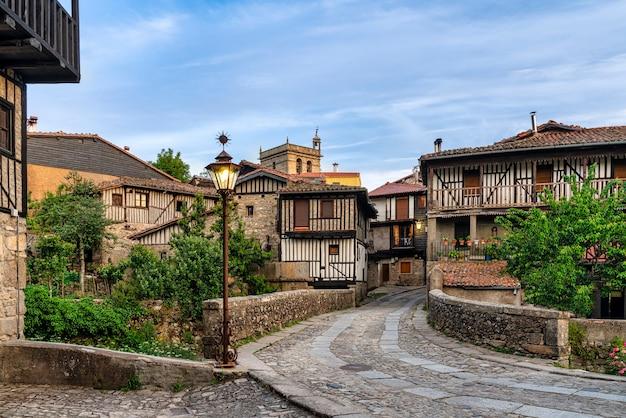 Вид на вход с моста в живописную сельскую деревню ла альберка в саламанке, испания.