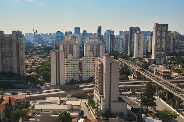Вид на район бруклин в сан-паулу с вантовым мостом на заднем плане