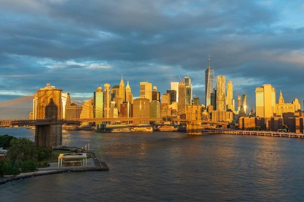 일출 뉴욕 미국에서 브루클린 다리의 보기