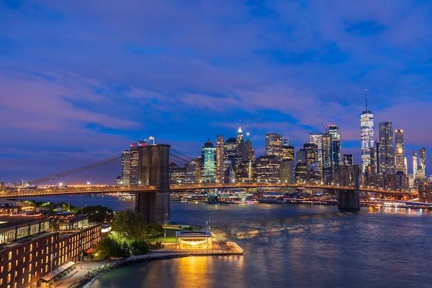 일출 전에 브루클린 다리의 보기 뉴욕 미국