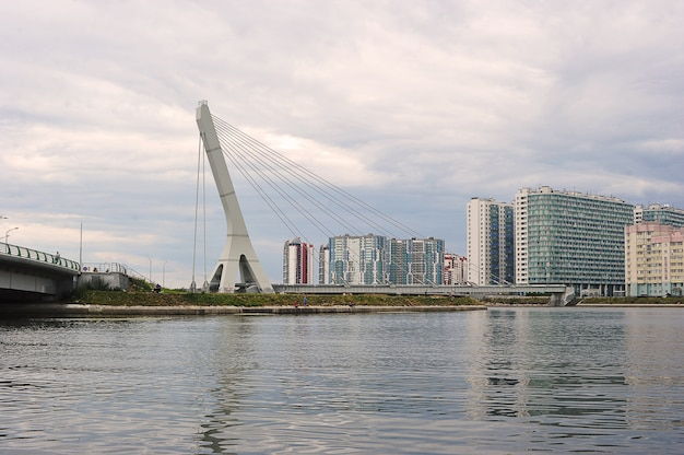 Вид на вантовый мост кадырова в санкт-петербурге