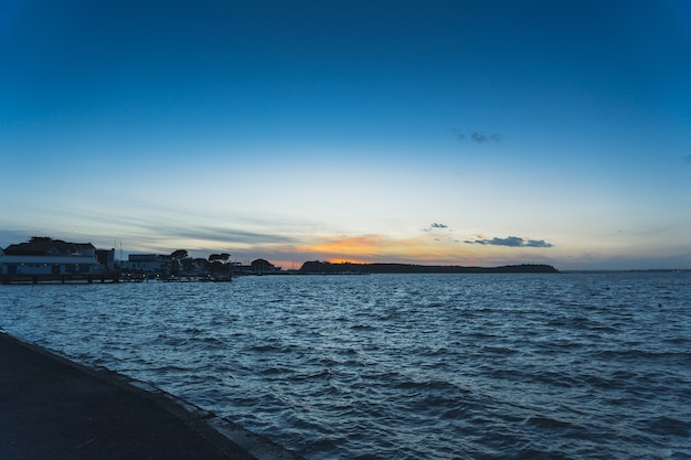 Вид на спокойное синее море ранним утром