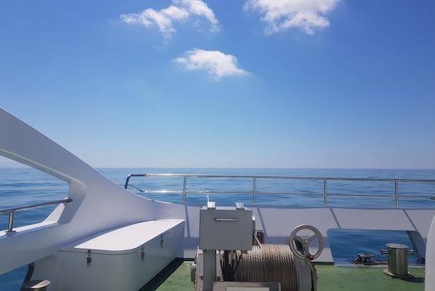 호화 요트 갑판에서 바라보는 잔잔한 바다, 물 위에서의 휴식, 낭만적인 여행의 개념