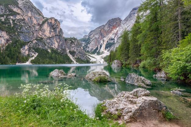 Вид на спокойные воды самого красивого озера брайс, с отражением альп на воде