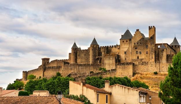 Вид на замок ночью в средневековом городе-крепости каркассон (la cité ©) во франции.