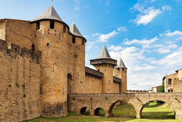 Вид на замок в обнесенном стеной городе (la citéâ © на французском языке) каркассон во франции - закатное небо.