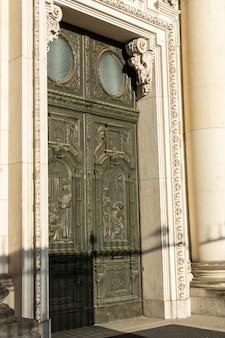 Вид на собор из парка люстгартен, красивые двери berliner dom в берлине, германия