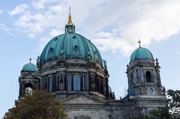 Вид на собор со стороны реки шпрее, берлинский собор в берлине, германия