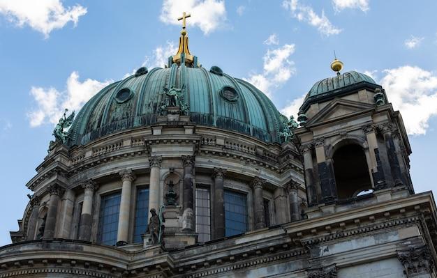 シュプレー川からの大聖堂の眺め、ベルリン、ドイツのベルリン大聖堂
