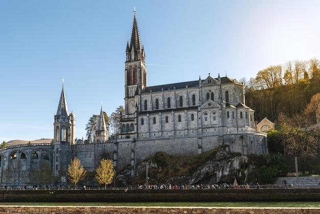 ルルド(フランス)の大聖堂の聖域のビュー