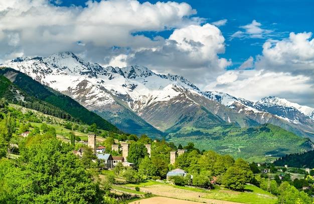 Mestia upper svaneti, georgia에서 코카서스 산맥의 전망