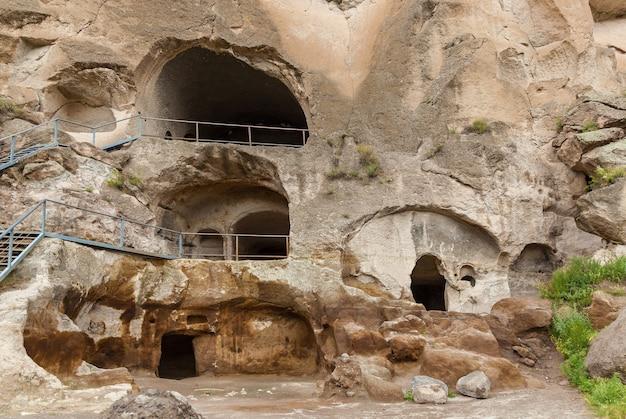 ヴァルジアの洞窟修道院の眺めジョージアヴァルジアは発掘された洞窟修道院の遺跡です