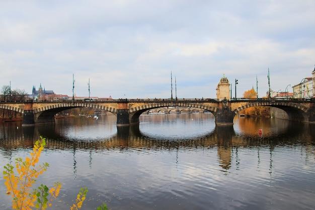 晴れた日のプラハチェコ共和国のカレル橋の眺め