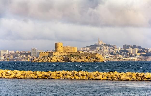 Вид на замок иф и базилику нотр-дам-де-ла-гард в марселе