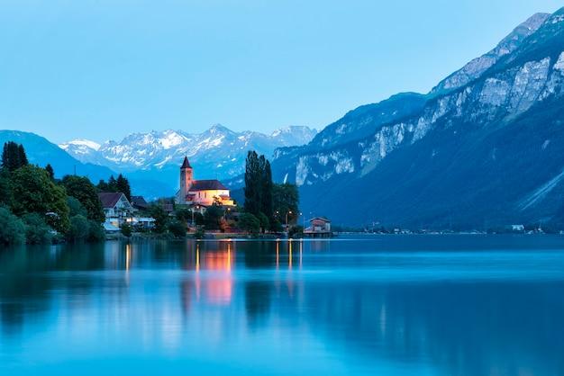 スイスの湖のほとりにある絵のように美しいブリエンツの村にある教会の眺め。