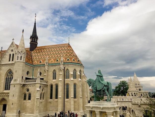 マティアス教会と聖ステファン像。閉じる。ブダペスト。ハンガリー。