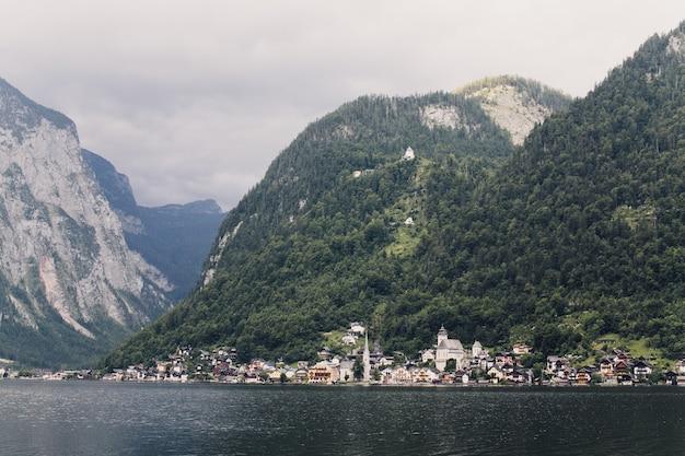 山の中の湖のほとりの街の眺め